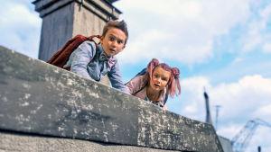 Lasse och Maja på taket. Ur filmen Stella Nostra.