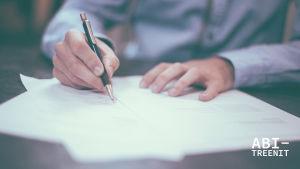 Kädet kirjoittavat paperille.
