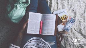Kuva, jossa henkilö istuu ja opiskelee.