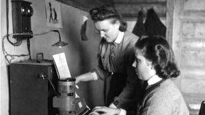 Kaksi lottaa sähköttäjinä jatkosodassa.