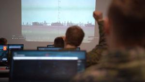 militär utbildning vid dator i klassrum.