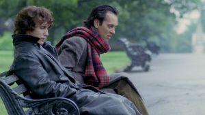 Marwood (Paul McGann) ja Withnail (Richard E. Grant) istuvat krapulaisen näköisinä puistonpenkillä elokuvassa Onnen kiertolaiset (Withnail and I)
