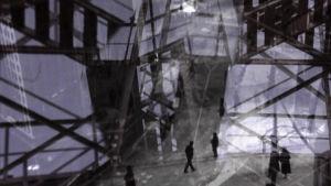 Ihmiset kävelevät kaupungilla, uutta ja historiallista kuvaa päällekkäin