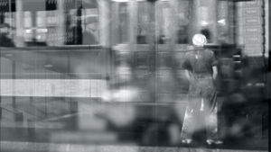 Mustavalkoinen kuva naisesta raitiovaunun edessä, taidekuva