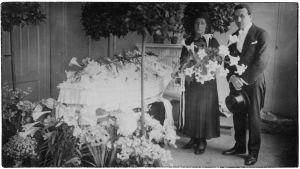 Greta ja Boris Sirob poikansa Willy Sirobin arkun äärellä Viipurissa huhtikuussa 1931.