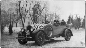 Elias Karin Buick-kilpa-auton kyydissä Ellen ja Leo Kari, Willy Sirob ja Anna Ollberg. Viipuri 1920-luku.