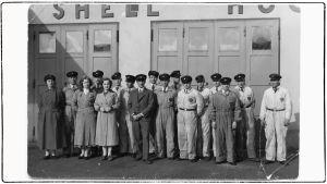 Viipurin Shell-huoltoaseman henkilökunta 1930-luvulla. Keskellä omistaja Elias Kari.