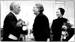 Viulutaiteilija Naum Leviniä onnittelemassa kaksi naista, joista oikealla Aino Kurki-Suonio.