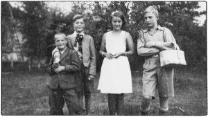 Kesällä 1936 Perkjärvellä Heimo Haitto, hänen pikkuveljensä, Maaria Suomalainen (myöh. Maaria Eira) ja Leo Kari.