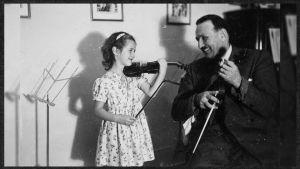 Boris Sirpo opettaa pientä viulistia.