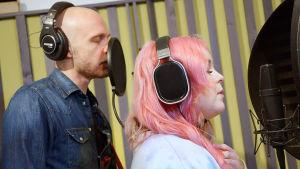 Juha Tapio ja Ellinoora laulavat tekemäänsä biisiä studiolla.