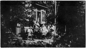 Boris Sirpon anoppi Anna Ollberg tyttärineen huvilallaan Perkjärvellä kesällä 1926.