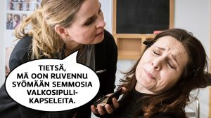 """Pirjo (Pirjo Heikkilä) istuu maskeeraustuolissa kärsivän näköisenä, kun maskeeraaja puhuu hänen kasvojensa edessä. Maskeeraajan puhekupla: """"Tietsä, mä oon ruvennu syömään semmosia valkosipulikapseleita."""""""