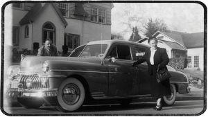 Boris ja Greta Sirpo autonsa vieressä kotinsa edessä Portlandissa.