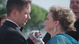 Mies ja nainen tanssiotteessa. Naisen käsi on proteesi.