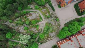 Kallioinen puisto, katuja ja taloja ilmasta kuvattuna.