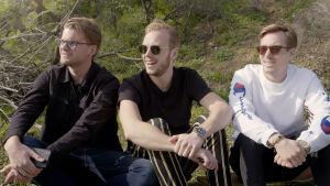 Humorgruppen JLC i Sverige på gräsmatta med Carl Dëman i mitten.