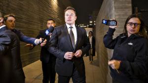 Elon Musk poistumassa Los Angelesin oikeussalin takaovesta 3. joulukuuta 2019.