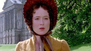 Elizabeth Bennet (Jennifer Ehle) on yllättynyt tavatessaan Mr. Darcyn paitahihasillaan puutarhassa sarjassa Ylpeys ja ennakkoluulo