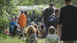 Publik på utomhuskonsert.