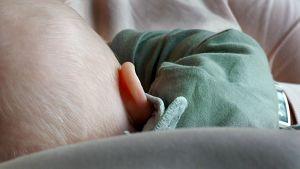 Bebis i famnen.