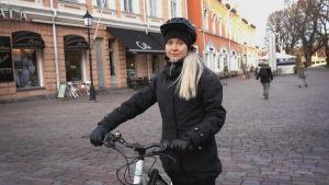 Iida Korpela är på väg för att testa bioresonans i Åbo.