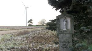 En vindmölla intill byn Altzirkirkendorf i norra Bayern.