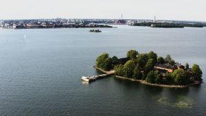 Maria och sommarpratarna spelas in på den lilla idylliska ön Lonna, som finns ett stenkast utanför Helsingfors. Bild: Parad Media, 2019