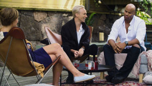 Maria Sundblom Lindberg, Christoffer Strandberg och Jucci Hellström i samtal i solstolar på Lonna.