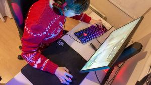 SJ Gaming -joukkueen Tuomas Louhimaa pelaa Counter Strike -peliä.
