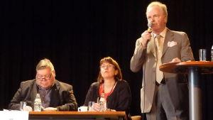 Kaj Bärlund med mikrofon i kommunalt sammanhang.