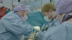 Käsikirurgit Kaj Zilliacus ja Matti Mustaniemi tekevät nelikätisen leikkauksen.