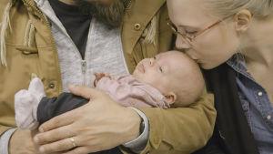 Maija ja vanhemmat ovat tulleet kontrollikäynnille Tyksiin.