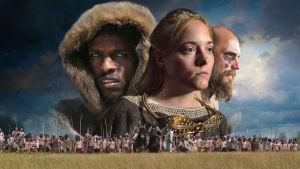 Käsitelty kuva, jossa maassa näkyy sotilasjoukkoja ja taivaalla kaksi miestä ja nainen.