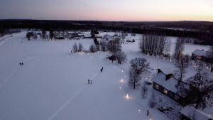Paakinmäen jäälyhdyt taivaalta kuvattuna iltapäivällä.