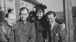 Laulajatar Mary Hannikainen ja pianistinsa Kurt Walden sekä kaksi upseeria Itä-Karjalassa keväällä 1944.