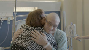 Anders saa äidiltään halauksen kantasolusiirron jälkeen.