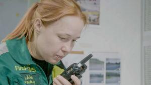 Ensihoitolääkäri Paula Mäki konsultoi ensihoitoyksikköä