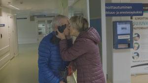 Heikki saa vaimoltaan Pirjolta suukon ennen leikkaukseen menoa