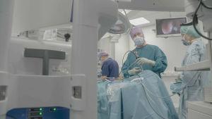 Tatu Kemppainen operoi aivolisäkeleikkauksessa yhdessä neurokirurgin kanssa