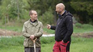 Kaj Löfvik och Matias Jungar talar med varandra ute.