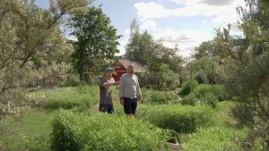 David Roxendal och Matias Jungar i en trädgård.