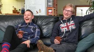 Jussi-Pekka ja Jarno katsovat tv:tä sohvalla.