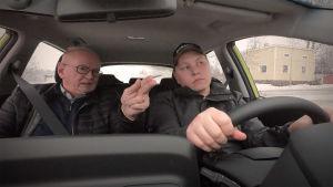 Liikenneopettaja Seppo Asikainen opettaa Antti Reijosta henkilöauton ajamisessa.