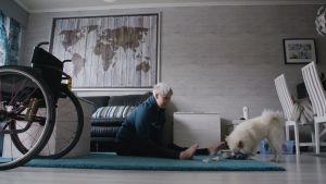 Heidi Foxell leikkii koiransa kanssa.
