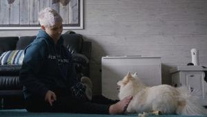 Heidi Foxell leikkii koiransa kanssa