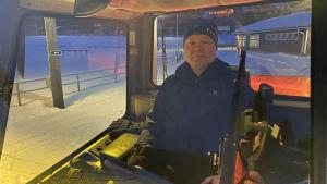 Paltamon kunnanjohtaja Pasi Ahoniemi istuu latukoneen ratissa.