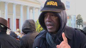 Steve Brown äger tretton vapen och deltog i demonstrationen mot nya vapenlagar i Virginia.
