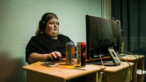 Nuori mies, Patrik, pelaa tietokoneella.