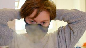Eevi Bengs iklädd ansiktsmask.